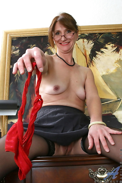 Classy mature lady uncovers..