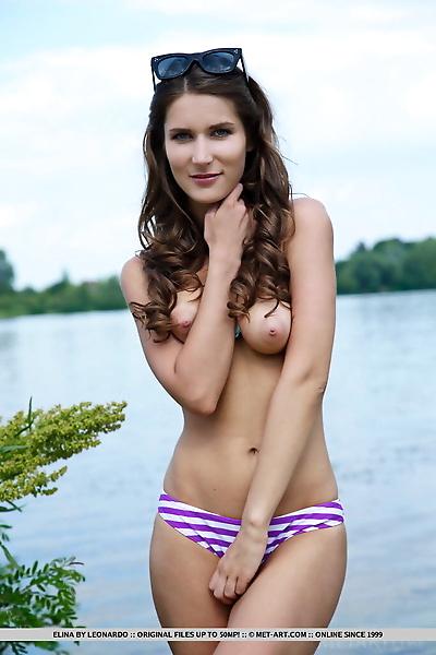 Teen beauty Elina shows her..